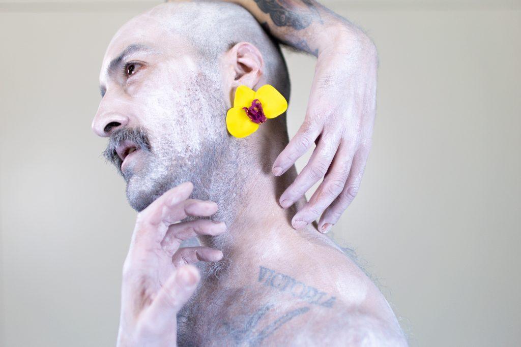 Un modelo posa cos pendentes artesanais Orquídea amarelos de Carballo Artesanía