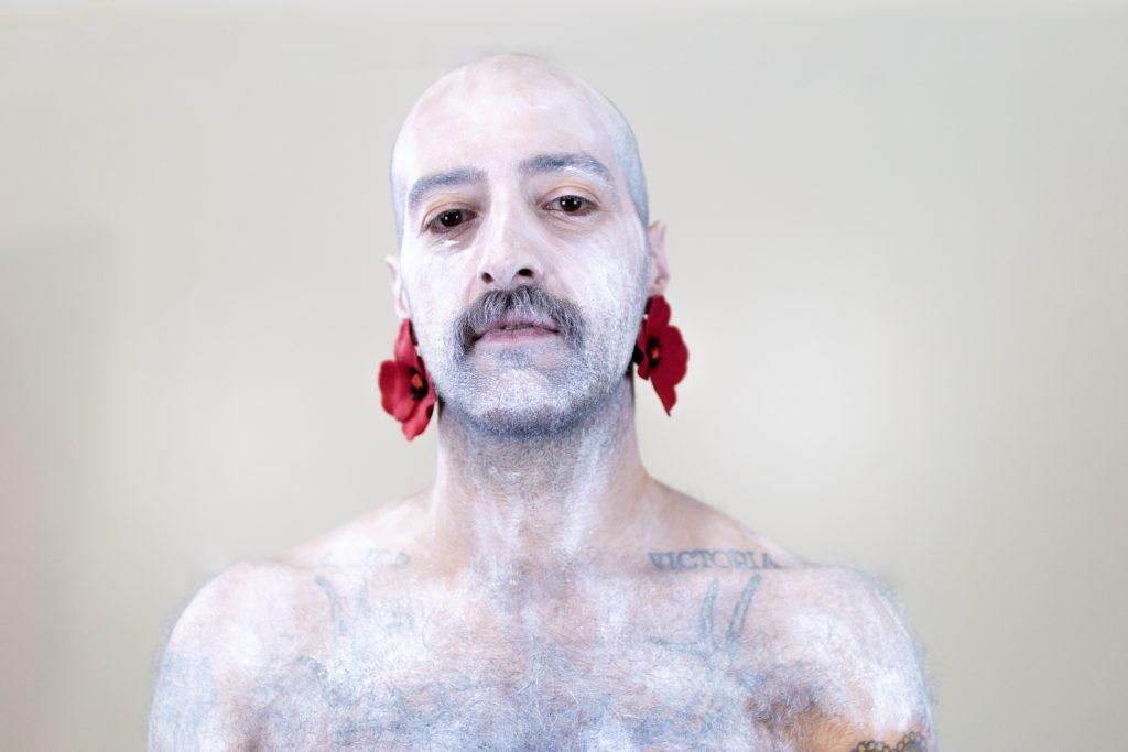 Un modelo posa cos pendentes Papoula vermellos de Carballo Artesanía