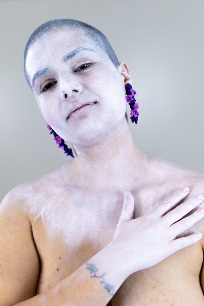 Unha modelo posa cos pendentes artesanais Lavanda morados e lilas de Carballo Artesanía