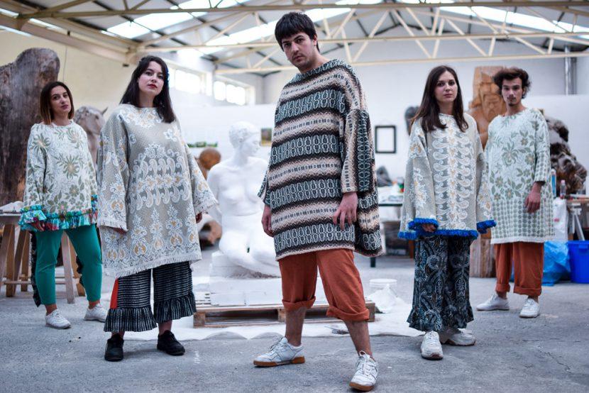Cinco modelos posan con xerseis As Neves, monos Aranga e pantalón Muxía de Carballo Artesanía