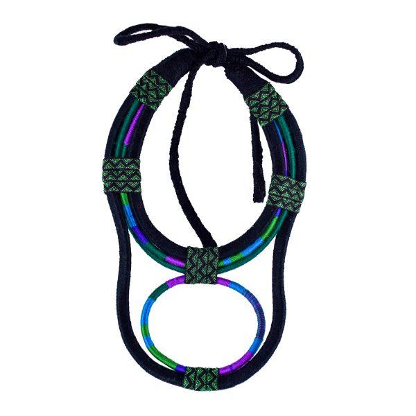 Colar xxl de fío enrolado con formas redondeadas en negro, verde botella, verde, índigo, azul e morado con cinta brillante negra e verde e rematado cun gran lazo