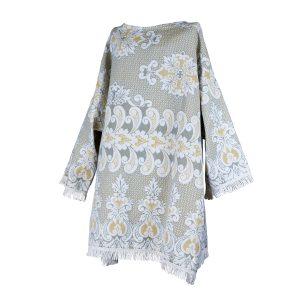 Xersei xxl polos xeonllos elaborado a partir dunha antiga colcha dos anos 60-70, con estampado barroco en branco, gris, azul e ocre e rematado con cinta branca de flocos