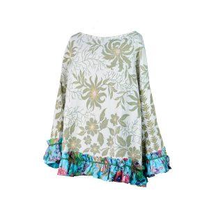 Xersei elaborado a partir dunha antiga colcha dos anos 60-70, con estampado de flores, follas e ramas verdes sobre fondo branco e rematado con tea de algodón azul celeste con estampado de flores