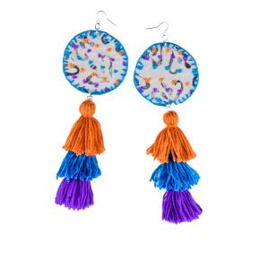 Pendentes xxl con medallón de tea estampada e bordada a man con tres borlas elaboradas a man en laranxa, azul e morado