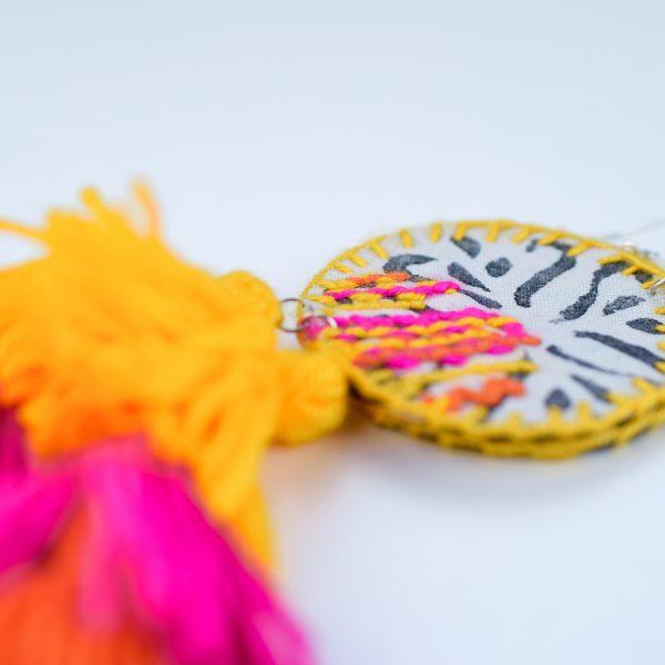 Pendentes xxl con medallón de tea estampada e bordada a man con tres borlas elaboradas a man en amarelo vivo, fucsia e laranxa vivo