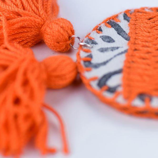 Pendentes xxl con medallón de tea estampada e bordada a man con tres borlas elaboradas a man en laranxa vivo