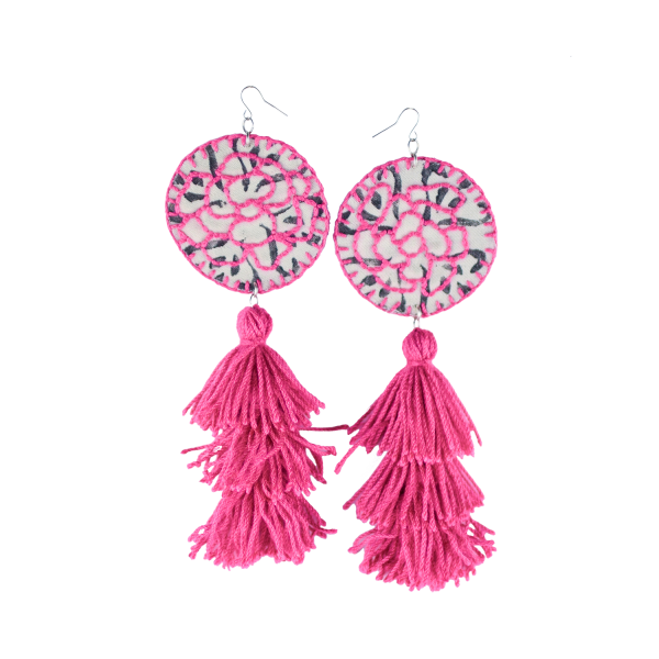 Pendentes xxl con medallón de tea estampada e bordada a man con tres borlas elaboradas a man en rosa