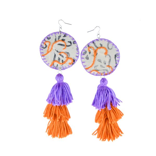 Pendentes xxl con medallón de tea estampada e bordada a man con tres borlas elaboradas a man en lila e laranxa