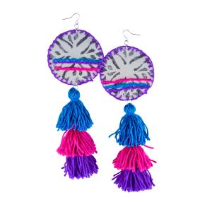 Pendentes xxl con medallón de tea estampada e bordada a man con tres borlas elaboradas a man en azul, fucsia e morado