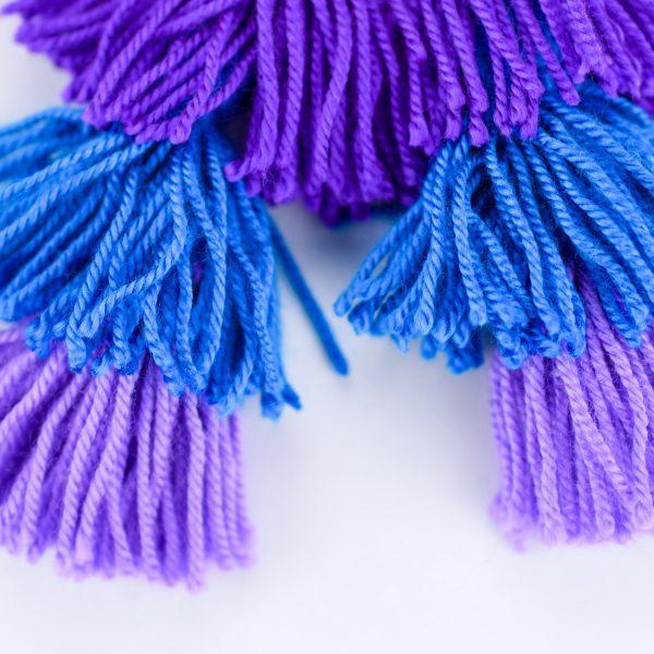 Pendentes xxl con medallón de tea estampada e bordada a man con tres borlas elaboradas a man en morado, azul e lila