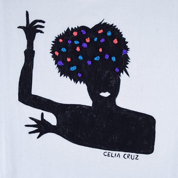 Camiseta branca de algodón, con debuxo de Celia Cruz pintado a man con turbante bordado en azul, coral e morado