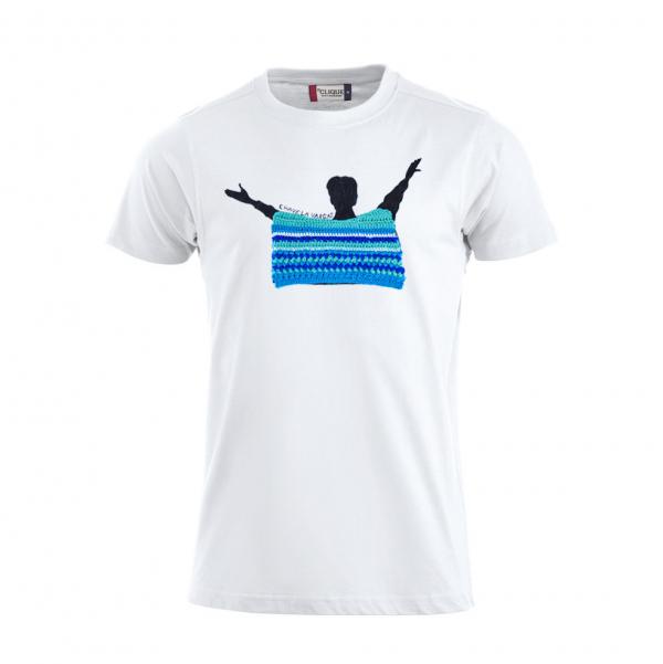 Camiseta branca de algodón, con debuxo de Chavela Vargas pintado a man con poncho a ganchillo en turquesa, azul, branco e índigo