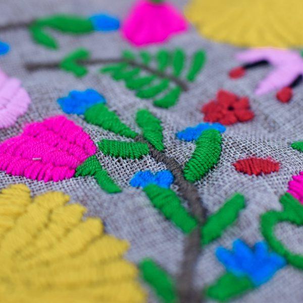 Bolso de man gris con asas curtas con estampado de flores bordadas a man en amarelo, rosa, fucsia, verde, azul, caqui e vermello