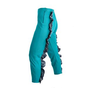 Pantalón de algodón un pouco elástico en turquesa con dous volantes na parte posterior de cintura a nocellos en negro, gris, marrón, ocre, branco e turquesa