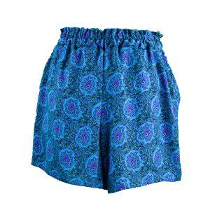 Pantalón curto de cintura alta e perna frouxa con estampado en azuis, morado e negro