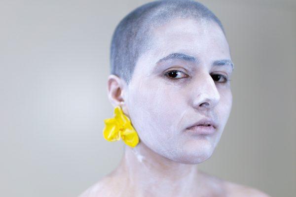 Unha modelo posa cos pendentes Orquídea de Carballo Artesanía