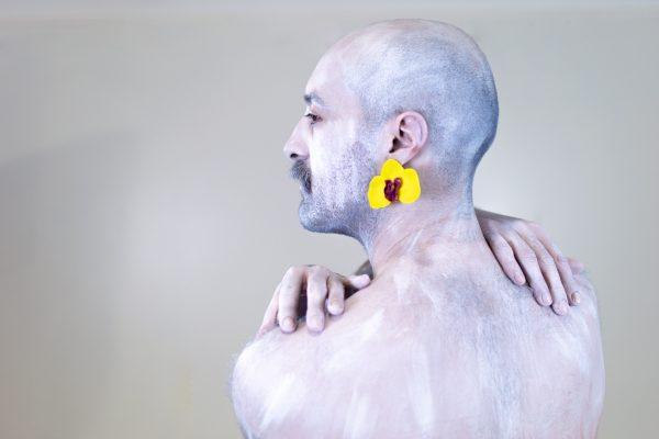 Un modelo posa cos pendentes Orquídea de Carballo Artesanía