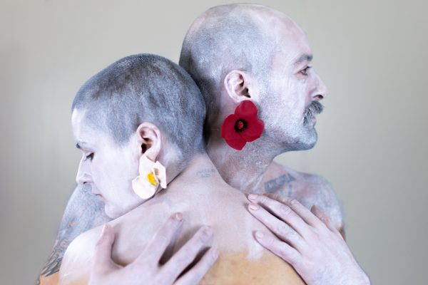 Dúas modelos posan cos pendentes Papoula e Orquídea de Carballo Artesanía