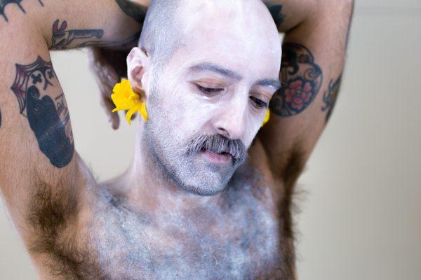 Un modelo posa cos pendentes Narciso de Carballo Artesanía