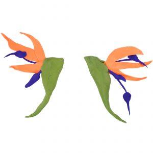 Pendente con forma de ave do paraíso de arcilla fría e modelado a man de Carballo Artesanía