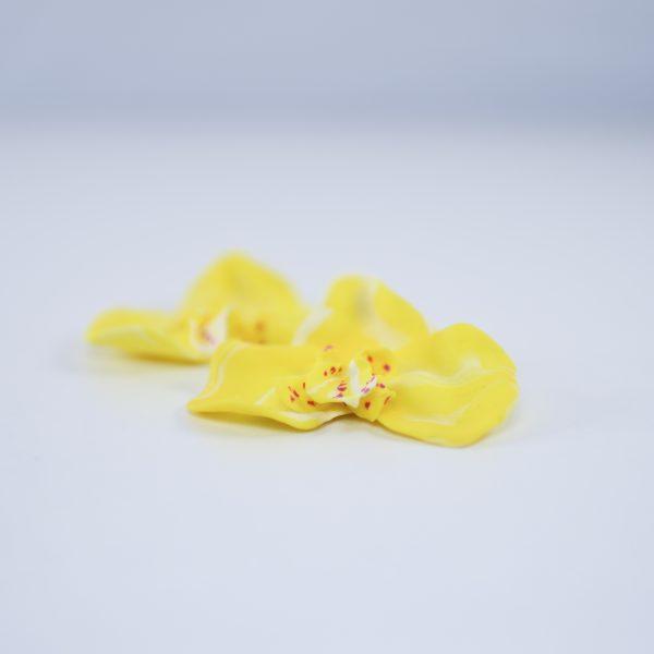 Pendente de orquídea amarela de arcilla fría e modelado a man de Carballo Artesanía